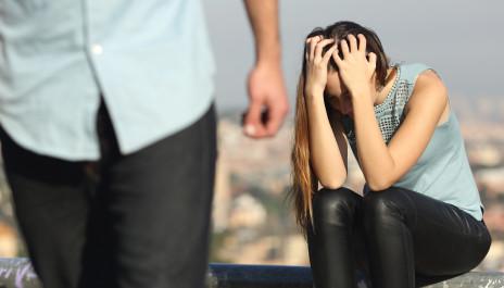 """Weinende Frau wird von einem Mann verlassen und denkt sich """"ich wurde betrogen""""."""