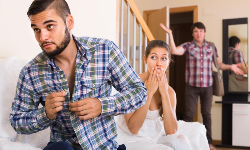 Junges Paar wird in flagranti vom Freund erwischt.