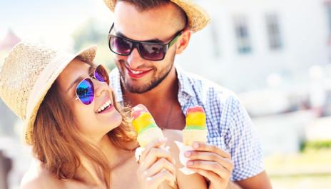 Junges Paar beim Eis essen.