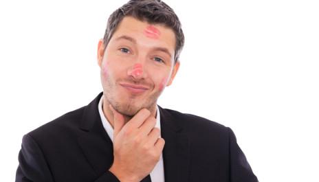 Macho mit Lippenstift-Abdrücken im Gesicht