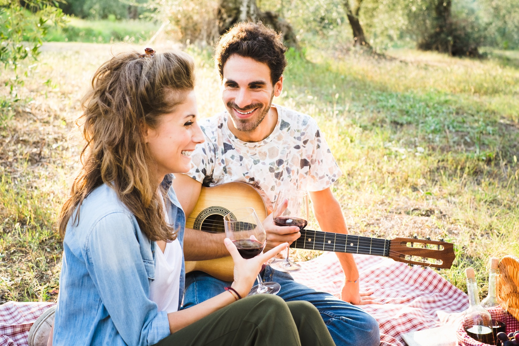 Paar genießt Picknick im Freien