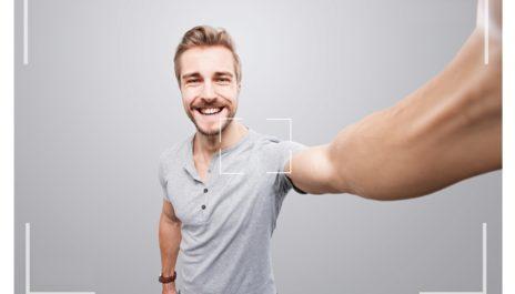 Junger Mann schießt Foto von sich selbst
