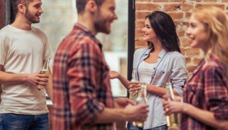Männer und Frauen, die miteinander flirten